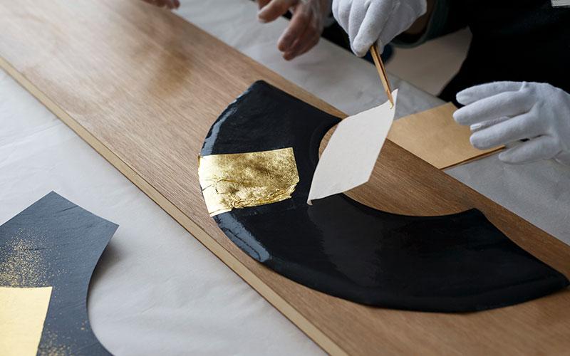 金沢の工房で手作りをしている扇子